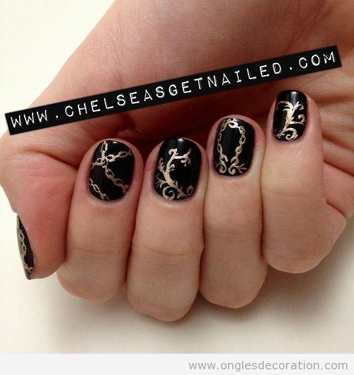 Déco sur les ongles élégante et baroque en noir et doré