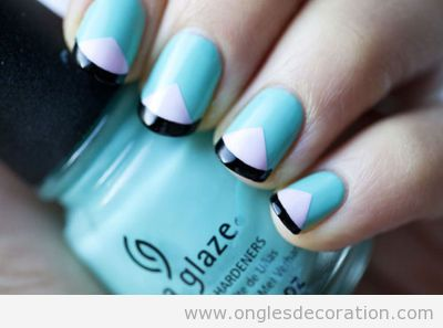 Dessin sur ongles triangle blanc sur bleu