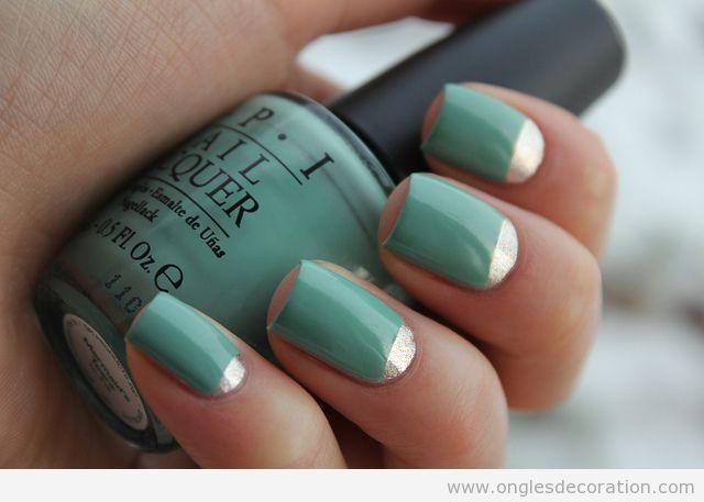 Décoration d'ongles en turquoise et doré midi-lune