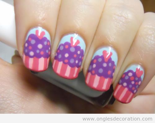 Déco d'ongles avec un dessin de cupcake ou petit gâteau