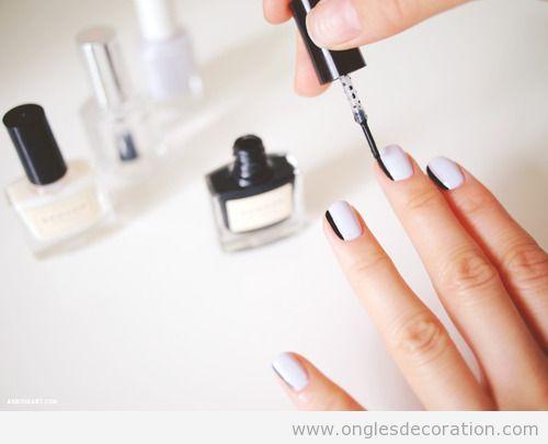 Dessin sur ongles en blanc et noir simple