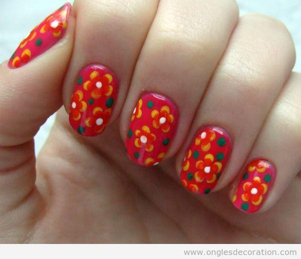 Déco sur ongles avec des fleurs style Annés 70
