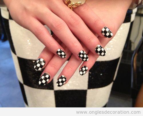 Déco sur ongles avec motif de échecs