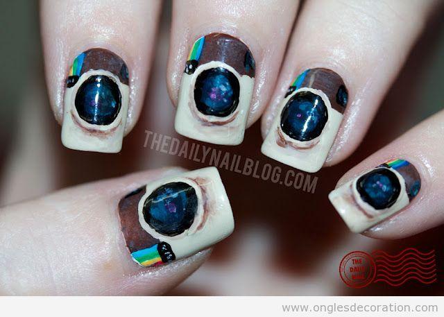 Déco sur ongles avec le logo Instagram dessiné