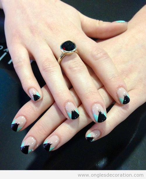 Dessin sur ongles géometrique avec un triangle