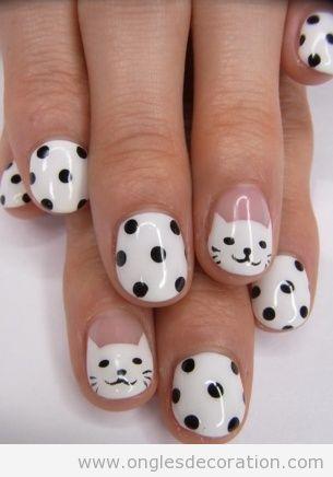 Déco sur ongles avec un chat blanc et des poids