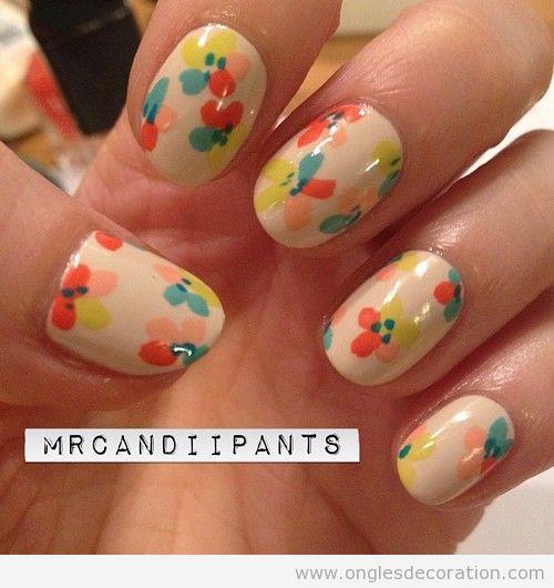 Déco sur ongles avec des fleurs pastel dessinés