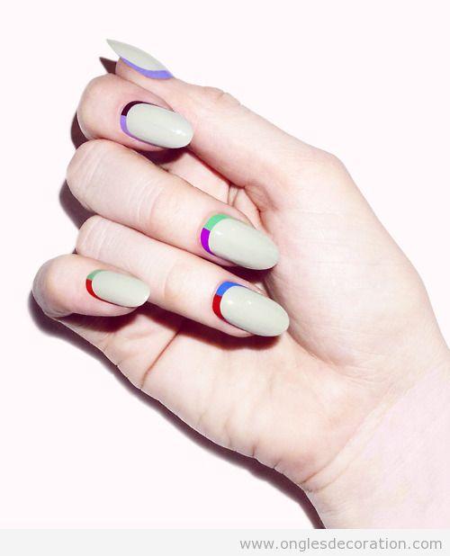 Dessin sur ongles en beige et rayueres de couleurs