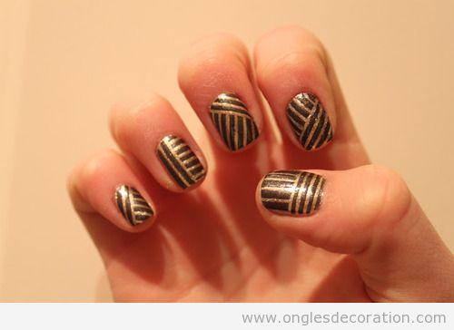 Déco sur ongles en noir et doré metallique