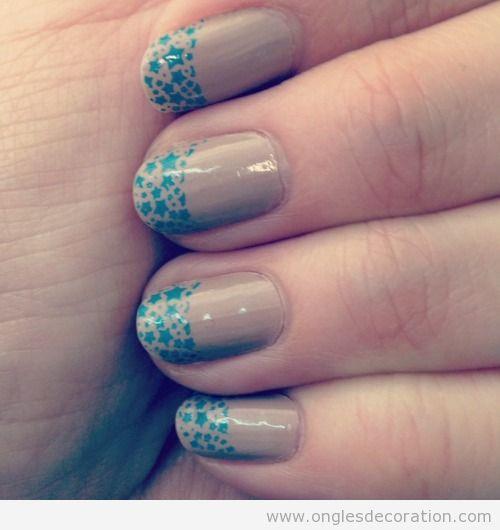 Déco sur ongles. nude avec des étoiles en bleu