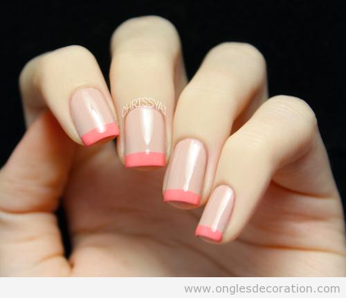 Dessin sur ongles simple, manucue française en nude et corail