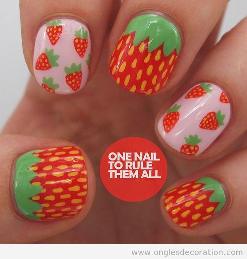 Manucure avec des fraises dessinés