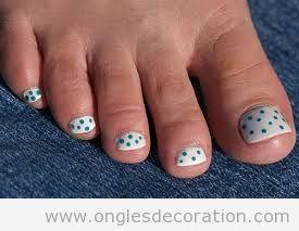 Dessin sur ongles des pieds simple pour l'été