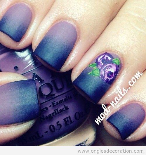 Dessin sur ongles, couleur violette avec une fleur