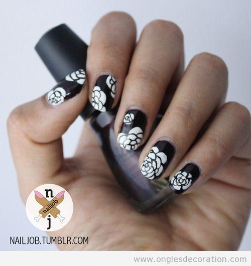 Dessin sur ongles élégant en noit, fleurs blanches