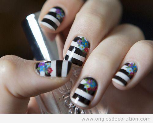 Déco ongles rayures blanc et noir et fleurs de couleurs