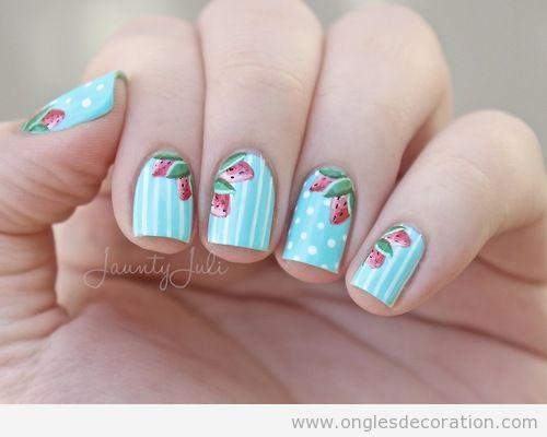 Dessin ongles bleu ciel et fraises