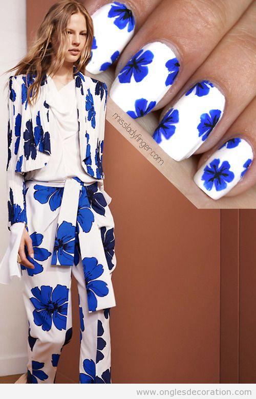 Dessin ongles motif fleur bleue inspiré de Chloé Resort '15