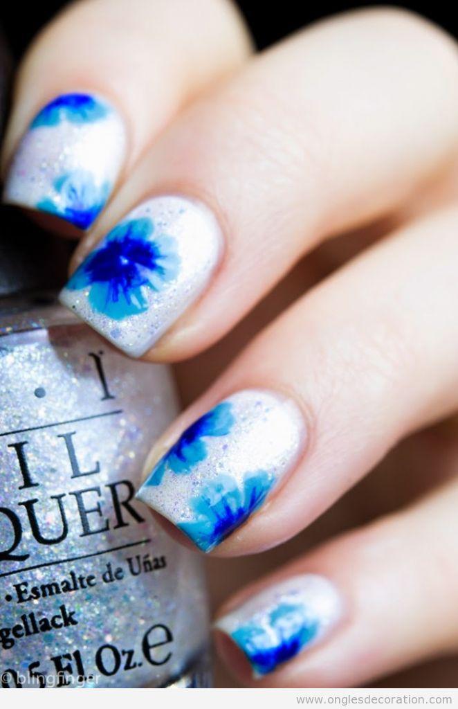 Dessin ongles fleurs bleues, un coup de pinceau