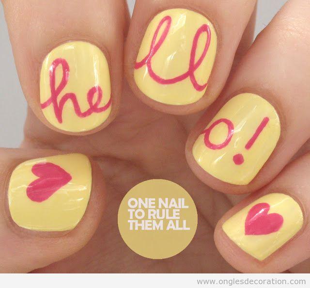Dessin sur ongles avec le mot Hello et coeurs