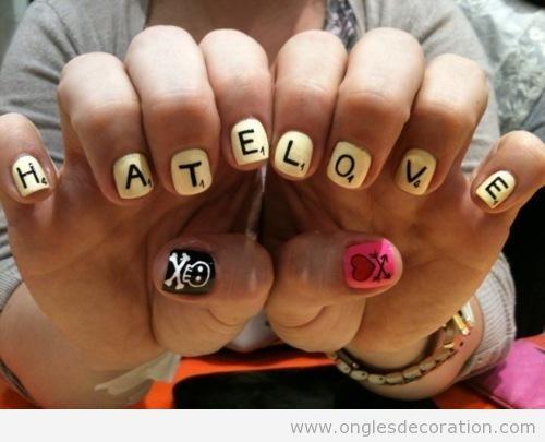 Déco ongles avec ese pièces et lettres du jeu Scrabble